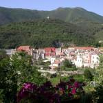 panoramica del borgo e antico palazzi comunale in rosso